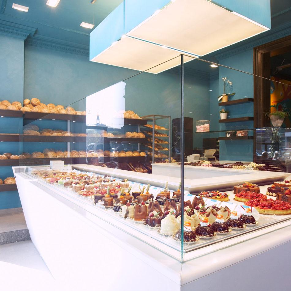 Bakkerij Davalie toonbank gevuld met taart inrichting van de winkel
