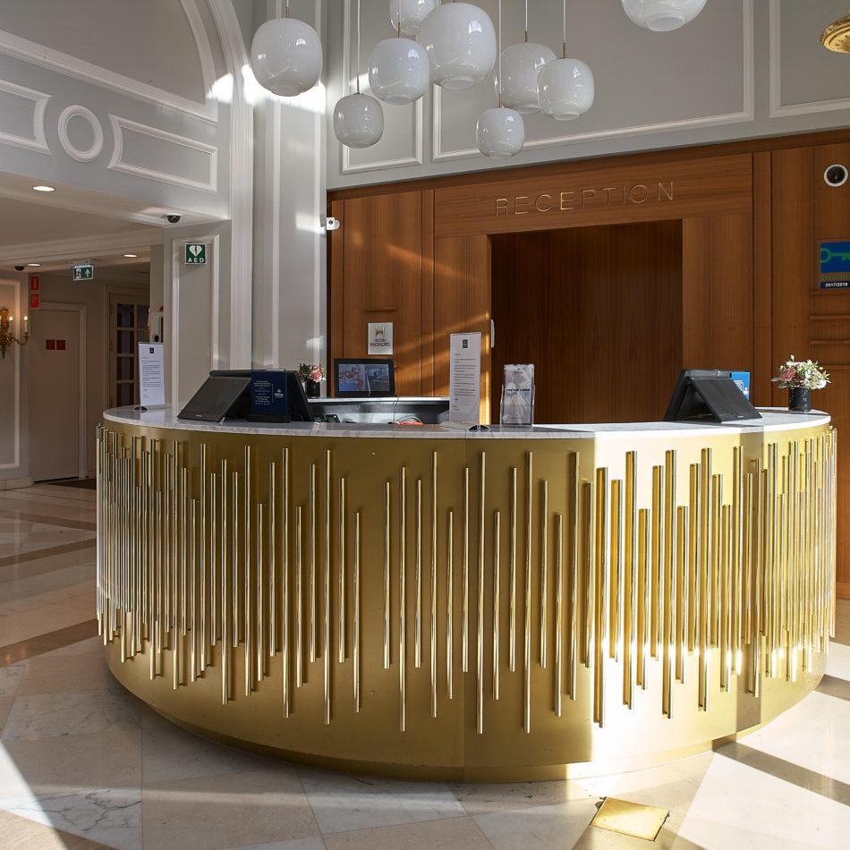 inrichting balie goud bar restaurant hilton brussel integral