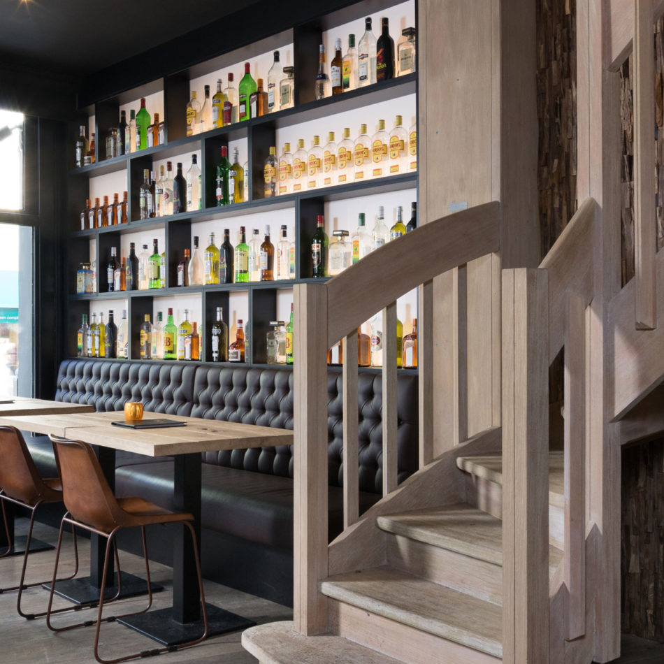 Horeca-inrichting brasserie Tudor Rose Koninginnehof Oostende door Integral