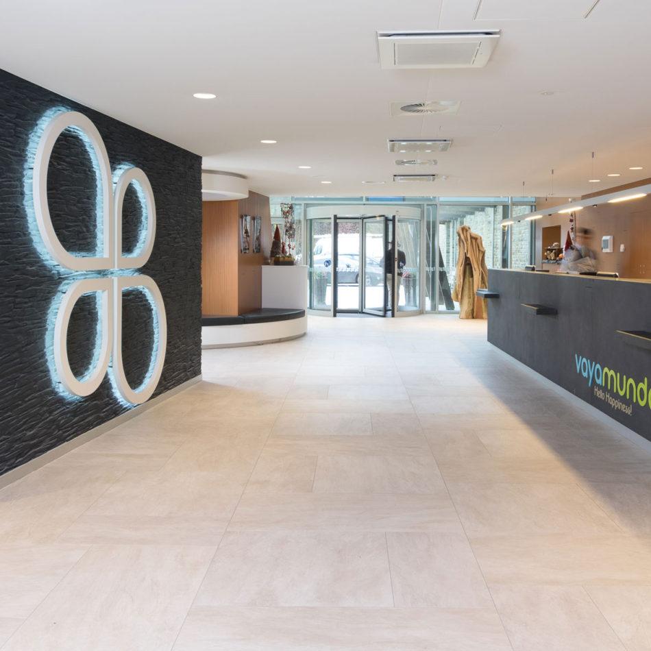Toonbank en logo van de publieke ruimte Ol Fosse d'Outh Vayamundo totaalinrichting integral