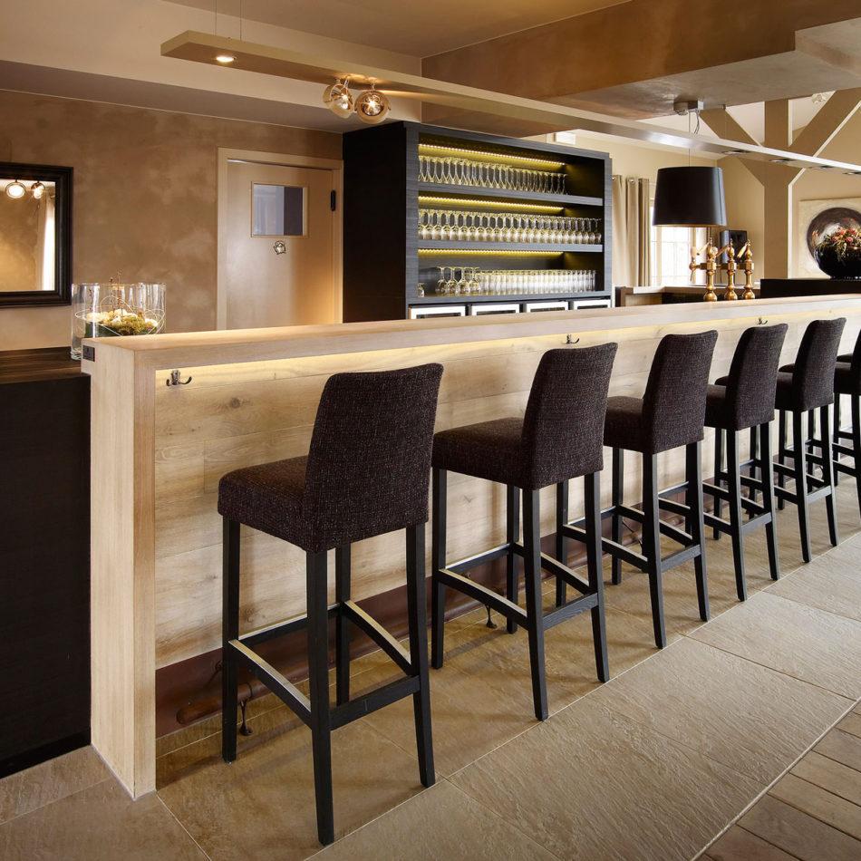 Meubilair brasserie Nevelhof in Vosselare, door Integral Interiors
